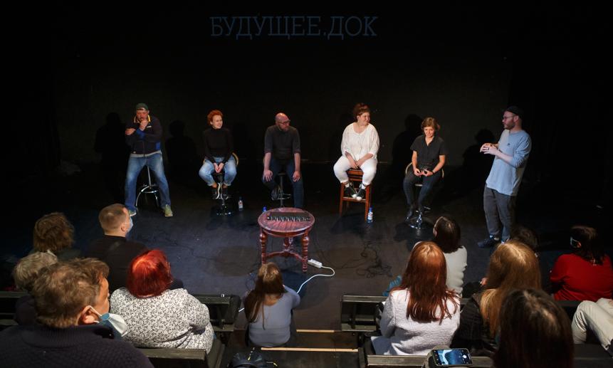 Люди читают документальный текст интервью в наушниках — так в Архангельске проходил спектакль «Будущее.doc» в технике headphone verbatim.