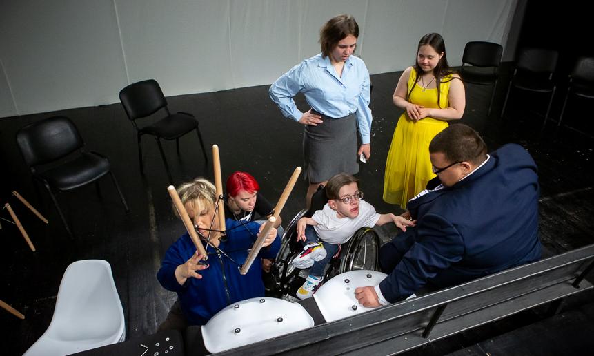 Одновременно с работой в лаборатории студийцы выпускали спектакль «Игра» в рамках проекта «Поле экспериментов».
